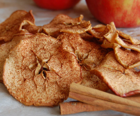 How to Make Baked Cinnamon Apple Chips- these are so addicting!