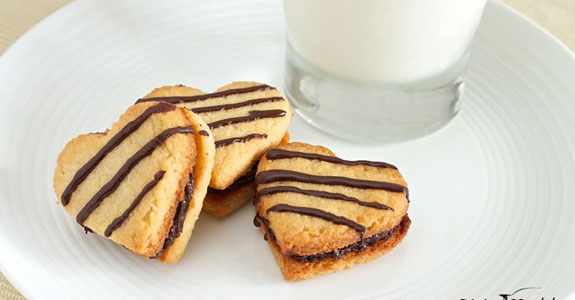 Vanilla Cookies With Creamy Chocolate Almond Filling